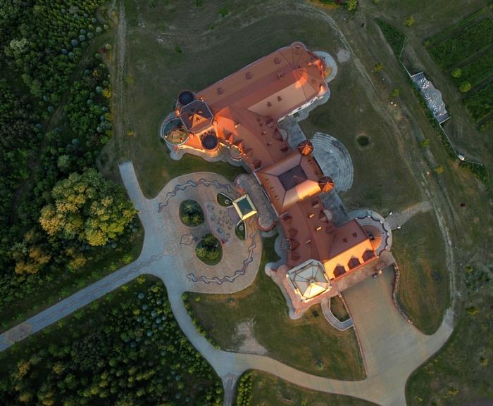 Zamek-pałac w okolicy Sieniawy (Leżachów)